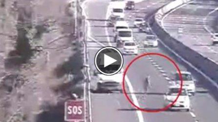 Perde i pacchi dal furgone in autostrada: scende a piedi per recuperarli