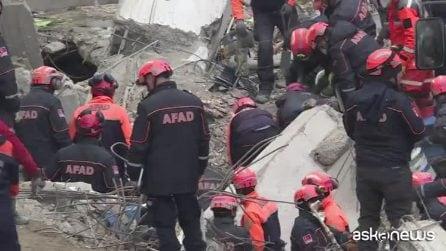 Istanbul, palazzo di otto piani crollato: 17 morti