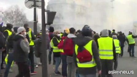 Gilet gialli, scontri a Parigi. Un uomo perde una mano