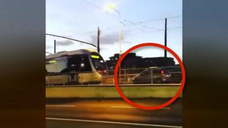 Firenze, auto sui binari rischia di scontrarsi con un tram