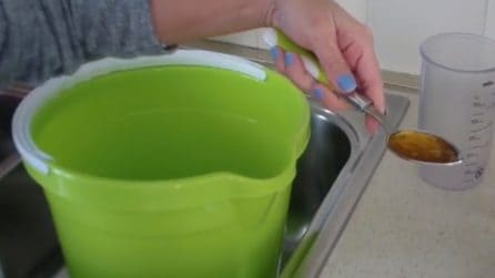 Come pulire il pavimento con un metodo naturale: vi basteranno 2 ingredienti