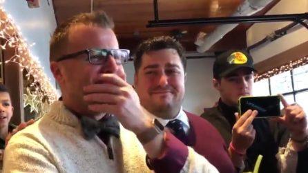 Il professore si sposa, gli alunni gli fanno un regalo inaspettato: il momento commovente