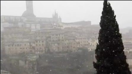 Siena, scendono i primi fiocchi di neve: il paesaggio è incantevole