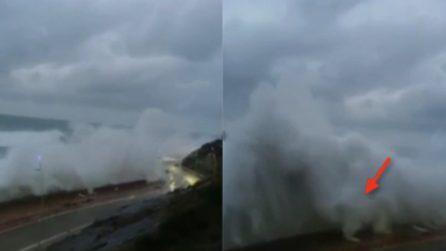 Il mare in tempesta si abbatte sul litorale: la strada scompare sotto le onde