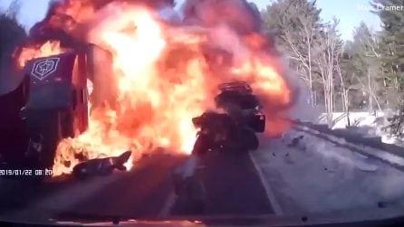 Palla di fuoco avvolge la jeep: le immagini sono terribili