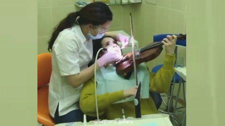La donna che suona il violino mentre è dal dentista: da non credere