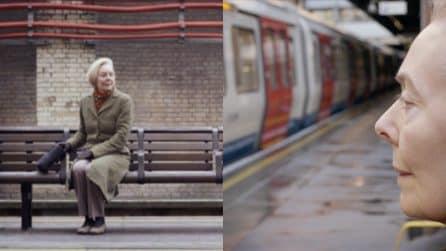 Londra: aspetta la metro solo per ascoltare l'annuncio del marito morto nel 2007