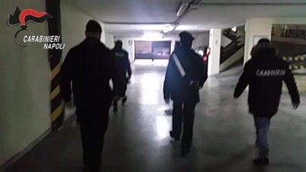 Napoli, un arsenale di armi e blocchi di ricette mediche in bianco nascosti in un garage