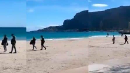 Dopo il gelo, arriva il sole: a Mondello le persone vanno in spiaggia