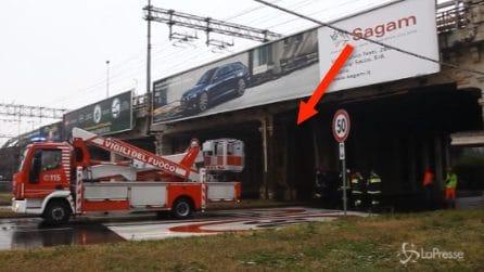 Paura a Milano: cadono calcinacci dal ponte della ferrovia