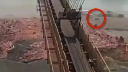Brasile, mare di fango invade tutto dopo il crollo della diga: le auto cercano di scappare