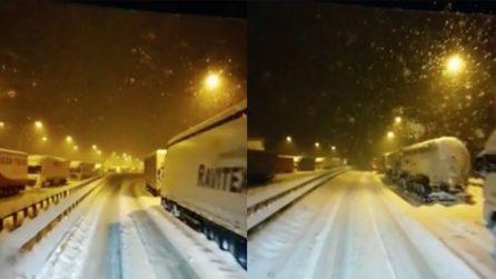 Brennero, autostrada chiusa per neve: mezzi pesanti bloccati non riescono a proseguire