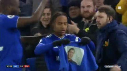 Il Cardiff segna e i calciatori mostrano la maglia con la foto di Emiliano Sala