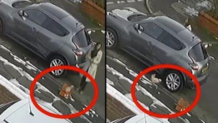 Donna scarica un pacco davanti casa di sconosciuti: i proprietari restano sconcertati