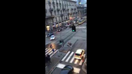 Milano, uomo accoltellato in strada tra i passanti: la scena ripresa in un video, nessuno interviene