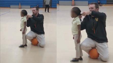 Quando il lavoro va oltre l'insegnamento: si china per aiutare la sua piccola allieva