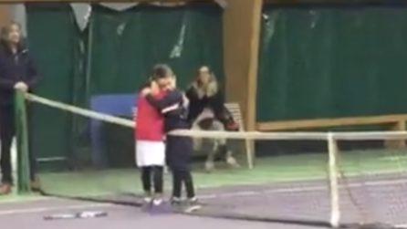 Perde la partita nel torneo: il piccolo tennista compie un gesto bellissimo con l'avversario