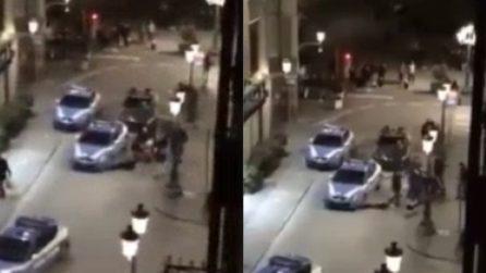 Prato, si toglie i vestiti e prende a testate l'auto della polizia: la scena in centro storico