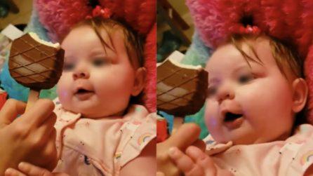 Non vede l'ora di mangiare il gelato: la bambina è bellissima