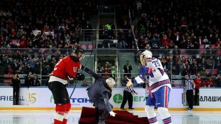 Mourinho dà inizio a una partita di hockey sul ghiaccio, poi la caduta tremenda