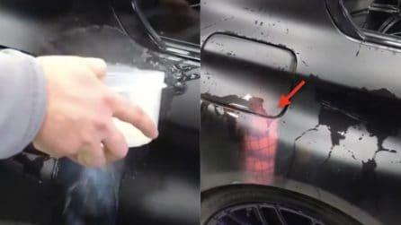 Versa l'acqua bollente sull'auto: ecco cosa si nasconde sotto la vernice nera