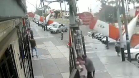 Piccolo aereo si schianta in strada davanti agli occhi dei passanti