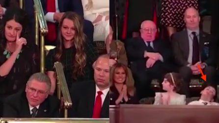 """Si addormenta durante il discorso del presidente Trump: le telecamere lo """"incastrano"""""""