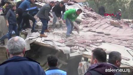 Istanbul, palazzo di otto piani crollato: almeno dieci morti