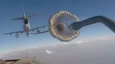 Aereo si collega all'autocisterna durante il volo: spettacolare manovra per il rifornimento