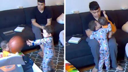 Scaraventa una palla in faccia al fratellino: poi si pente e compie un gesto bellissimo