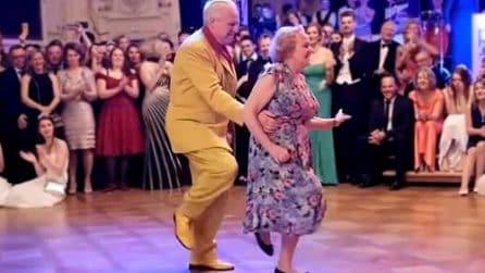 Parte la musica e tutti restano stupiti: questa coppia di anziani è spettacolare