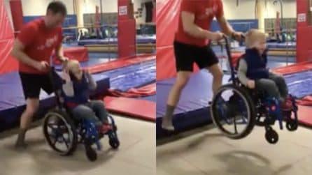Ha 4 anni ed è in sedia a rotelle: il suo allenatore gli regala una gioia immensa