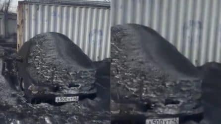 Neve nera ricopre le auto: le immagini scioccanti