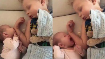 Pensa che il braccio del fratello sia il ciuccio: una scena dolcissima
