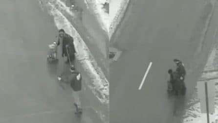 La donna anziana non riesce ad attraversare la strada: il gesto eroico dell'uomo
