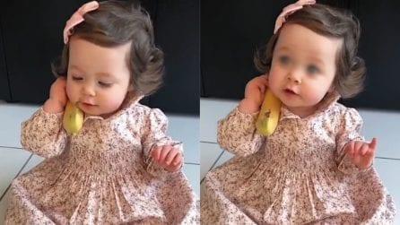 Scambia la banana per il telefono e improvvisa una conversazione: la scena tenerissima