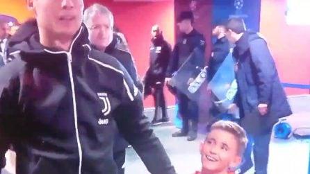 Atletico-Juventus, tutta la felicità del bambino che accompagna Cristiano Ronaldo