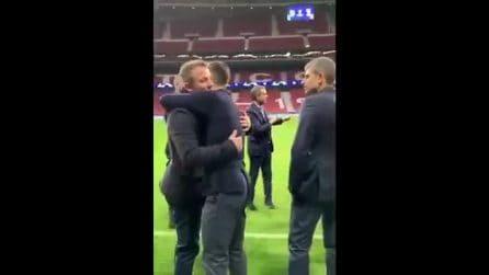 L'abbraccio tra Dybala e Del Piero sul prato del Wanda Metropolitano