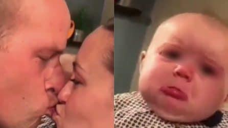 I suoi genitori si baciano davanti a lei: la divertentissima reazione della bambina