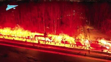Un tunnel di fuoco in strada: il bus della squadra lo attraversa prima di arrivare allo stadio