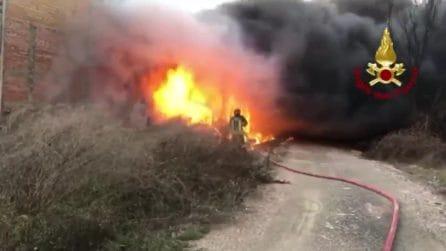 L'incendio divampa nella fornace: i vigili del fuoco provano a domare le fiamme