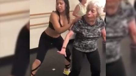L'età è davvero solo un numero: l'anziana signora di scatena con la zoomba