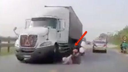 Madre e figlia cadono dal motorino, rischiano d'essere investite dal camion: le immagini spaventose