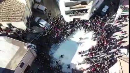 Nuoro, la piazza si riempie di latte: continuano le proteste dei pastori