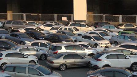 Le auto in questo parcheggio sono incastrate: c'è un solo modo per uscire