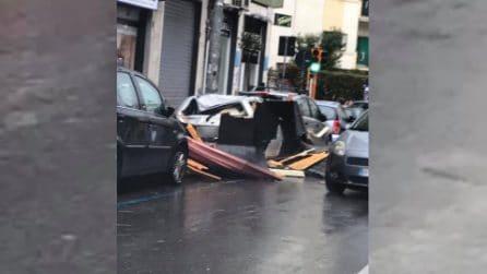 Vomero, tettoia crolla in strada per il forte vento: tragedia sfiorata