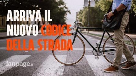 Arriva il nuovo codice della strada: sarà vietato fumare in auto, si alle biciclette contromano