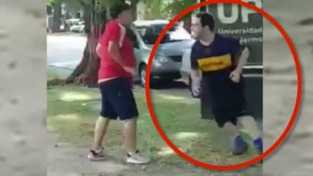 Con la maglia del Boca passa davanti allo stadio Monumental: quello che gli accade è terribile