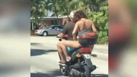 Donna in bikini si depila sullo scooter: gli automobilisti restano di stucco