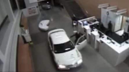 Si schianta con l'auto in una stazione di polizia: a bordo anche un neonato